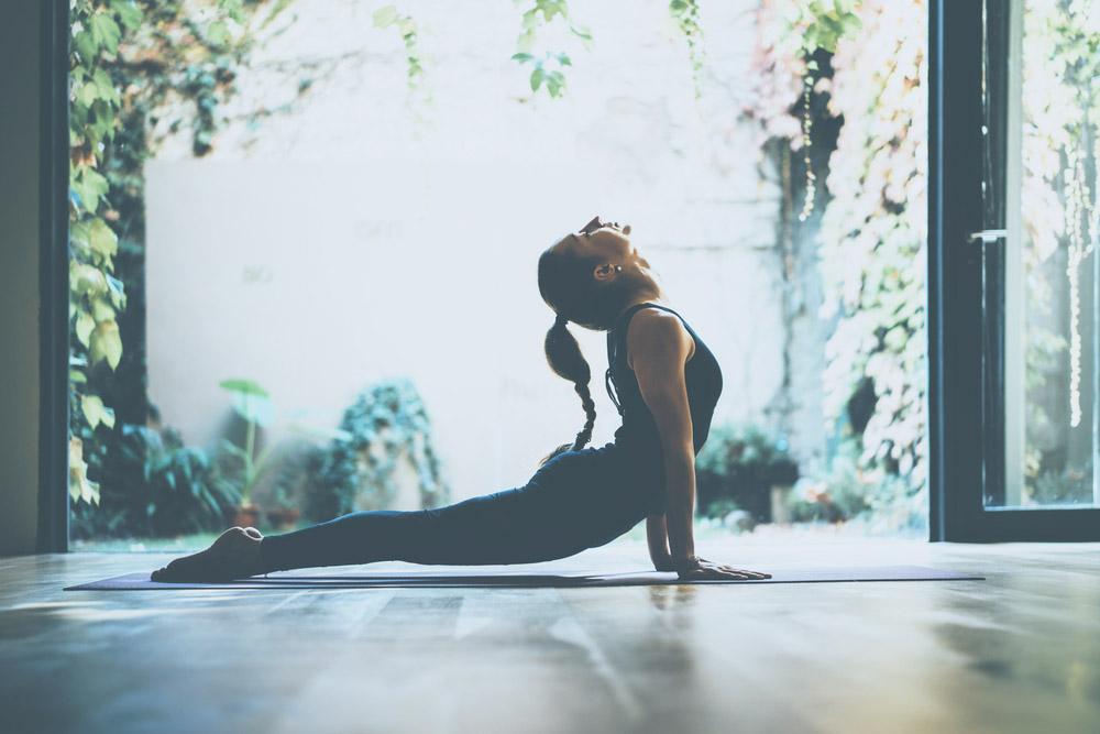 mlada zena cviciaca jogu, poloha macky